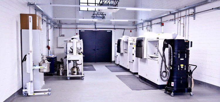A glimpse into one of three production halls at BITZ – this one is equipped with three aluminium 3D printers