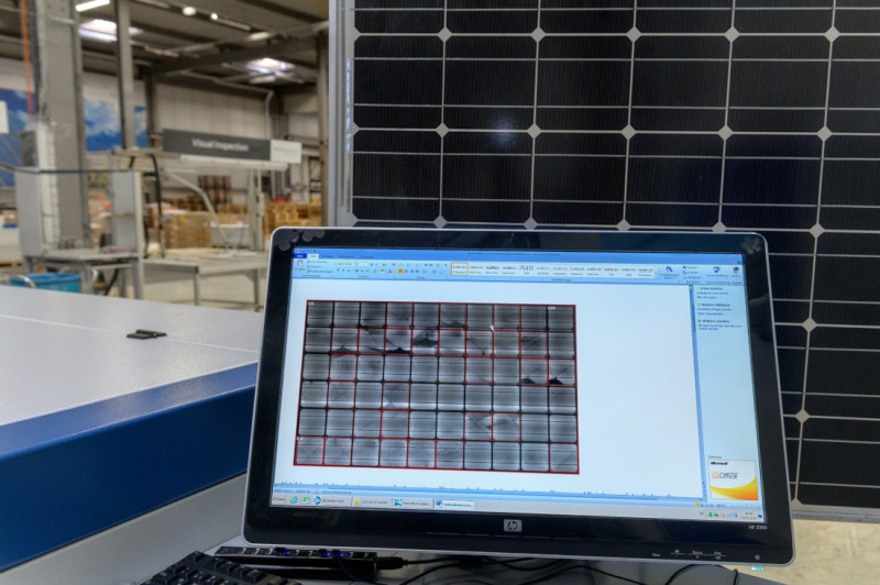 Invisible to the naked eye: only the test device can reveal damaged solar cells in a module