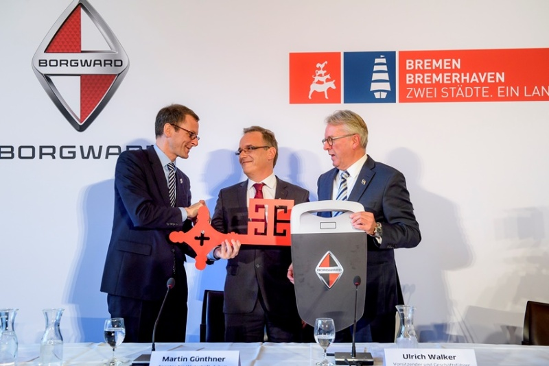 Bremen meets Borgward – handing over of the ceremonial key in the town hall: (from left to right) Regional Economic Affairs Minister Martin Günthner, Chairman of the Borgward Supervisory Board Christian Borgward and Borgward CEO Ulrich Walker.