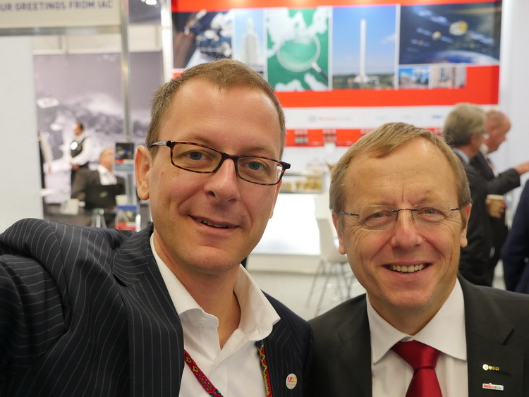 Martin Günthner, the Minister for Economic Affairs, Labour and Ports, and Johann-Dietrich Wörner, Director General of the European Space Agency, at the Bremen stand at the 2016 IAC in Mexico.