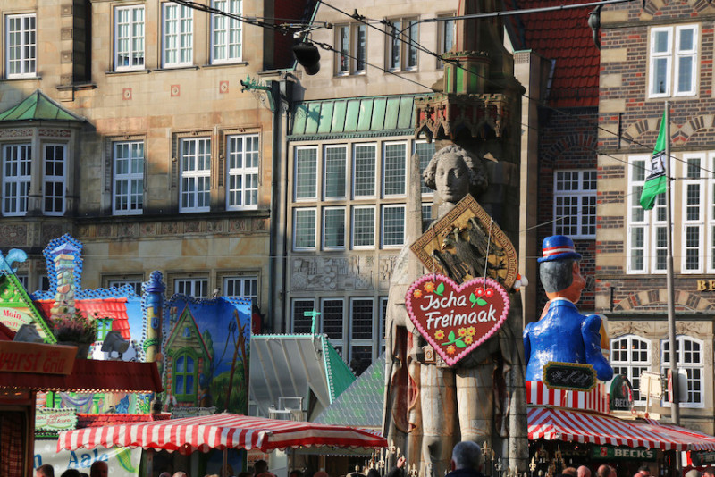 Roland statue on Bremen's market square wearing a special gingerbread heart