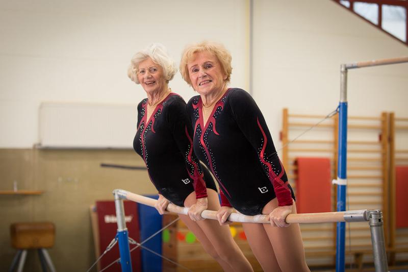 Vorbereitungen am Reck: Regelmäßig treten die beiden Seniorinnen bei Show-Veranstaltungen auf. Auch bei Wettkämpfen sind sie dabei, dann turnt allerdings jede für sich.