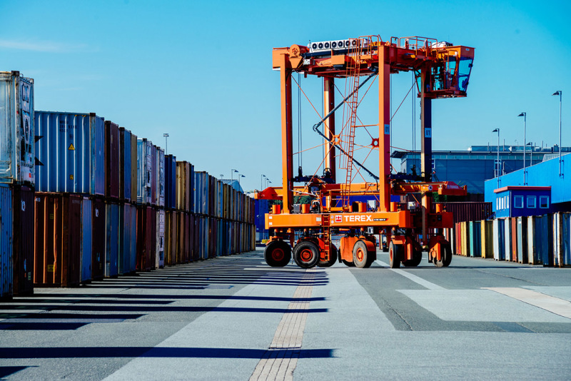 Logistics activity in Bremen never stops – here we see the transhipment of containers