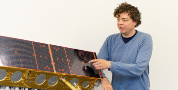 Dr. Sven Jacobsen, DLR Bremen, am Satellitenmodell